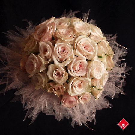 A rose wedding bouquet for a Montreal wedding.